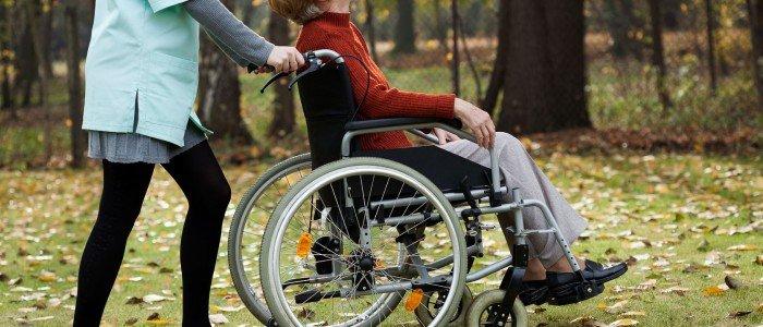 Krankenpflege von bettliegende Patienten und von Patienten auf einem Rollstuhl